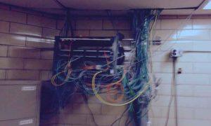 Los prisioneros hacen dos ordenadores improvisados y piratean su prisión.