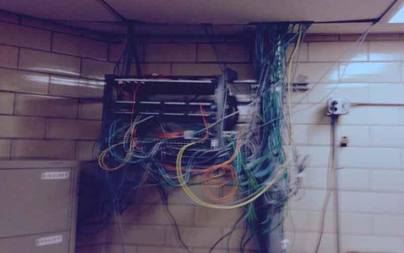 Los prisioneros hacen dos ordenadores improvisados y piratean su prisión. 1