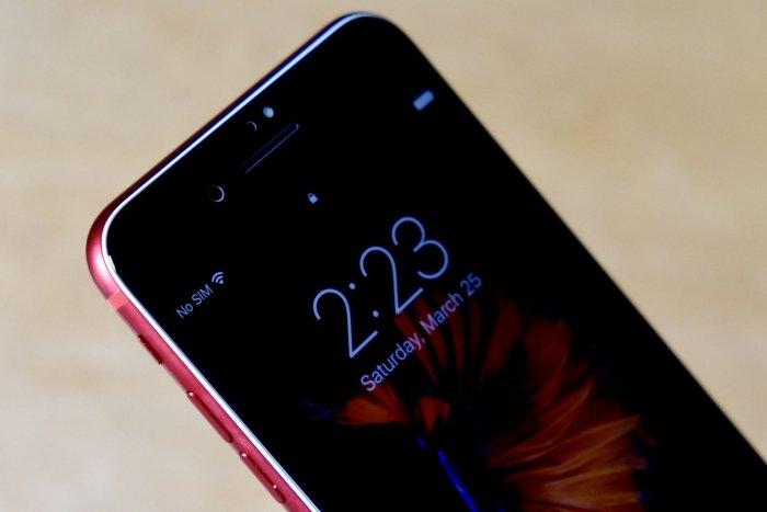 El iPhone 7 rojo se modifica para tener un frente negro 2
